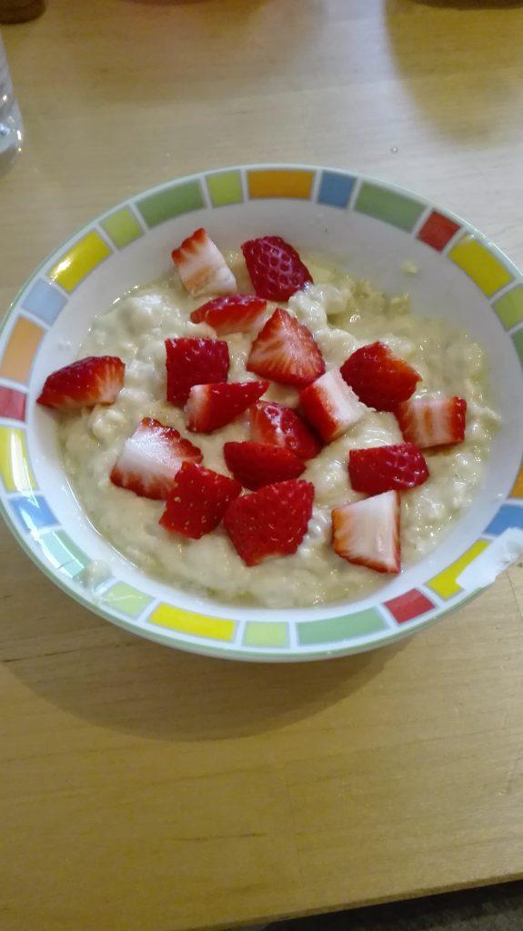 Sonnenporridge mit Erdbeeren